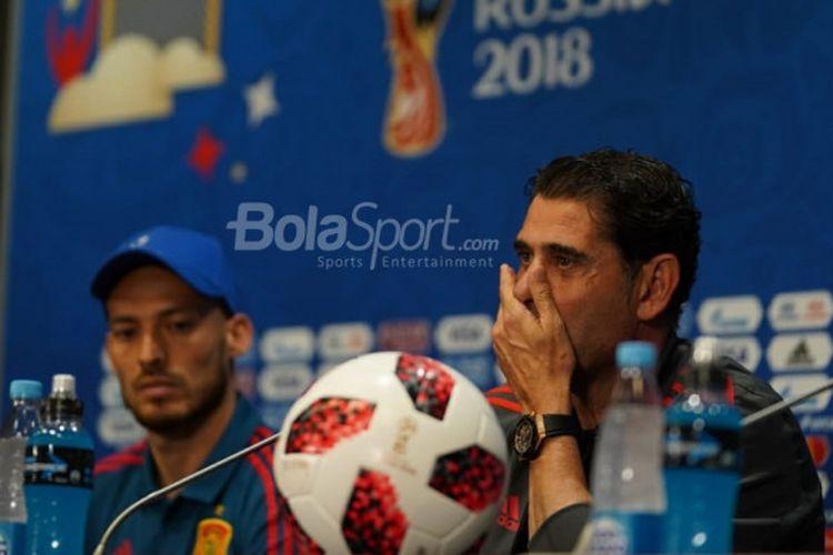 Pelatih timnas Spanyol, Fernando Hierro, dan David Silva bereaksi pada sesi konferensi pers sebelum laga Spanyol kontra Rusia di Stadion Luzhniki, Moskow, Sabtu (30/6/2018).
