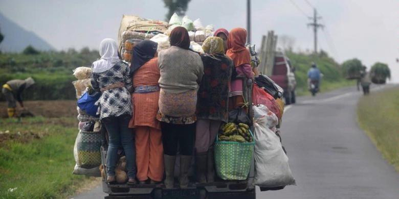 Ilustrasi : Warga menaiki mobil bak terbuka yang digunakan untuk kendaraan angkutan umum di Desa Pasurenan, Batur, Banjarnegara, Jawa Tengah, Minggu (5/6/2011).
