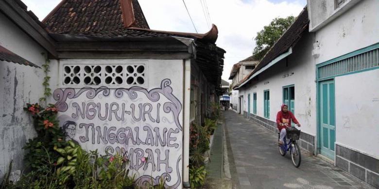 Ilustrasi: Pesepeda melintas di depan rumah joglo di kawasan cagar budaya Kotagede, Yogyakarta, Jumat (1/4/2011).