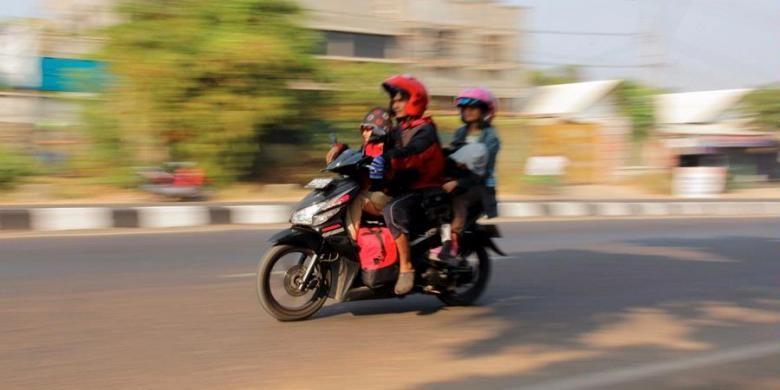 Ilustrasi: Bonceng duduk ngangkang di  sepeda motor.