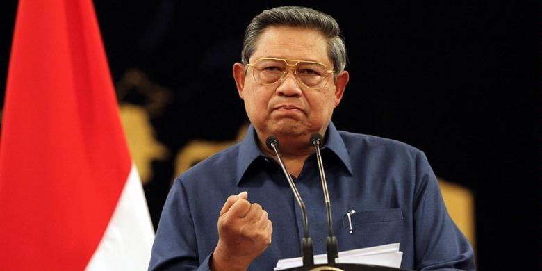 Presiden Susilo Bambang Yudhoyono, menyampaikan konferensi persnya di Istana Negara, Jakarta, Senin (8/10/2012). Dalam kesempatan tersebut Presiden menegaskan bahwa penanganan kasus Simulator SIM di Korlantas Mabes Polri, yang melibatkan Irjen (Pol) Djoko Susilo, sepenuhnya ditangani KPK, penanganan kasus penyidik KPK, Novel Baswedan, dan rencana revisi UU KPK, ditangguhkan karena waktunya tidak tepat.