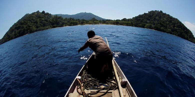 Nelayan bersiap lego jangkar di Pulau Satonda yang menghadap Pulau Sumbawa, Nusa Tenggara Barat, Jumat (24/6/2011). Pulau gunung api seluas 2.600 hektare ini dijadikan taman wisata laut yang memiliki danau air asin di tengah pulau. Diperkirakan danau terbentuk akibat letusan Gunung Tambora yang mengakibatkan tsunami hingga menerjang kaldera Gunung Satonda pada tahun 1815.