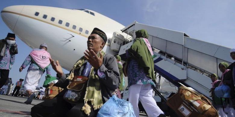 Jamaah Haji Kloter 1 asal Kabupaten Bojonegoro berdoa sesaat tiba di Bandara Udara  Internasional Juanda, Sidoarjo, Jawa Timur, Kamis (1/11/2012). Sebanyak 445 jamaah haji kloter 1 dari Kabupaten Bojonegoro  tiba kembali di tanah air dengan menggunakan Saudi Arabian Airlines .