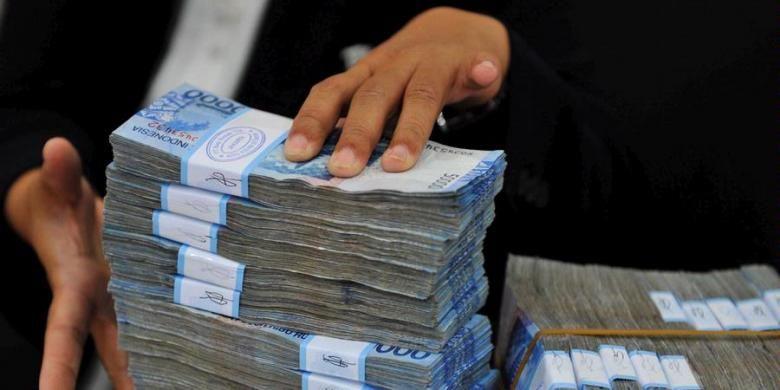 Pegawai bank menghitung uang rupiah di Bank Permata, Jakarta, Selasa (6/11).