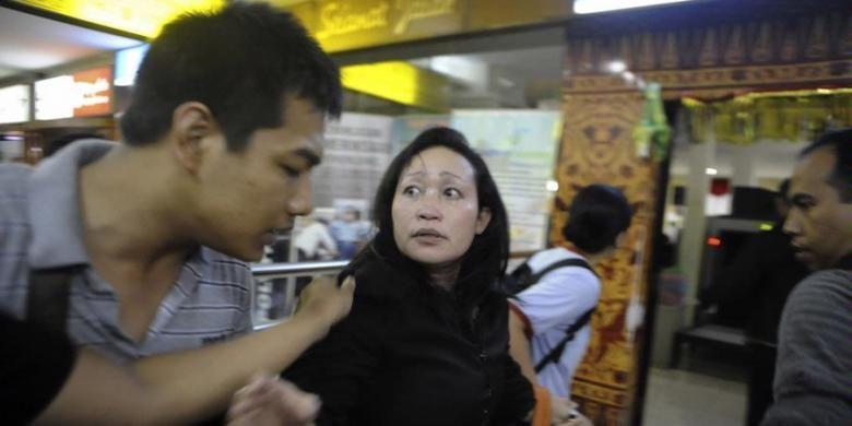Tersangka Hakim ad hoc pengadilan Tindak Pidana Korupsi (Tipikor) Kota Semarang Kartini Julianna Mandalena Marpaung setelah ditangkap Komisi Pemberantasan Korupsi (KPK) lalu dibawa ke Jakarta melalui Bandar Udara Ahmad Yani, Kota Semarang, Jawa Tengah, Jumat (17/8/2012) malam. Dua hakim ad hoc pengadilan Tipikor  Kartini Julianna Mandalena Marpaung dan Heru Kisbandono ditangkap oleh Komisi Pemberantasan Korupsi (KPK) setelah melakukan upacara bendera di Halaman Pengadilan Negeri Kota Semarang. Penangkapan tersebut terkait dengan dugaan suap kasus hukum yang ditangani mereka.