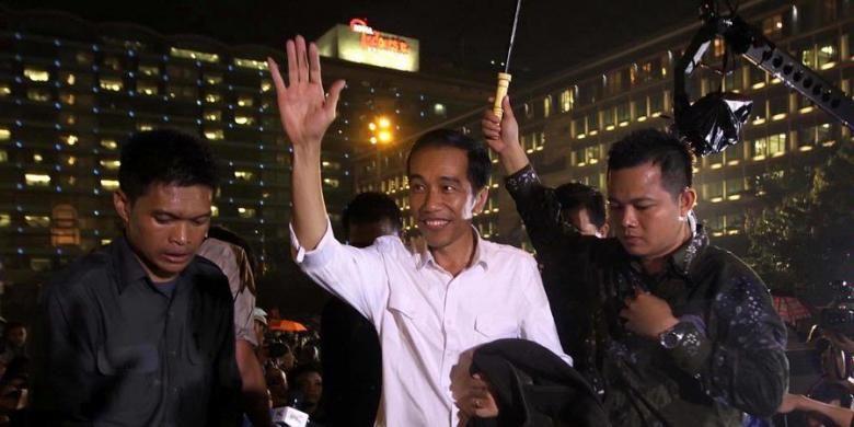 Gubernur DKI Jakarta Joko Widodo turut hadir di kawasan Bundaran Hotel Indonesia saat Car Free Night dalam rangka gelaran Jakarta Night Festival menjelang perayaan Tahun Baru 2013, Senin (31/12/2012) malam. Sebanyak 16 panggung disiapkan di sepanjang Jalan Jenderal Sudirman - MH Thamrin untuk menghibur warga di malam pergantian tahun.