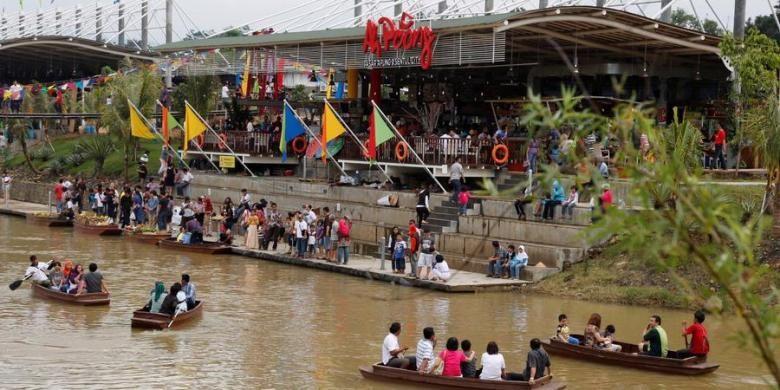 Suasana wisata perahu dan  restoran apung, Ah Poong, Sentul City, Bogor, Kamis (24/1/2013).