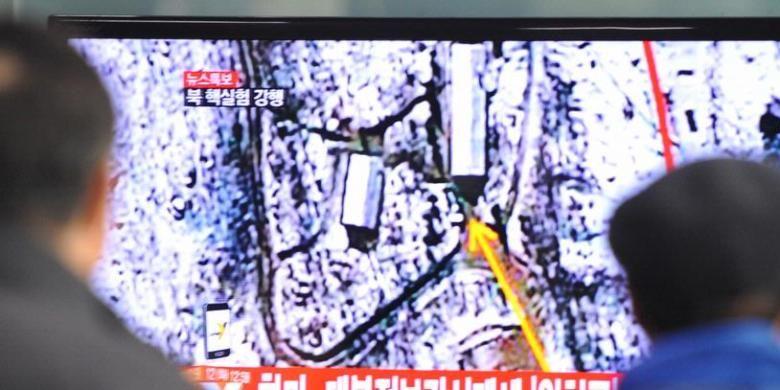Warga Korea Selatan menonton berita yang menyampaikan kabar uji coba nuklir Korea Utara. Langkah Korea Utara ini langsung mendapat kecaman sejumlah negara dan menganggap negeri komunis itu melakukan provokasi.