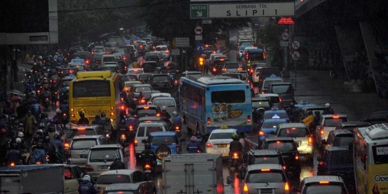 Kemacetan kendaraan dari arah Semanggi menuju ke Grogol saat jam pulang kerja di Jakarta, Rabu (13/2/2013). Kemacetan parah terjadi hampir setiap hari di Jakarta, namun hingga saat ini belum ada solusi yang efektif untuk mengurai kemacetan Jakarta.