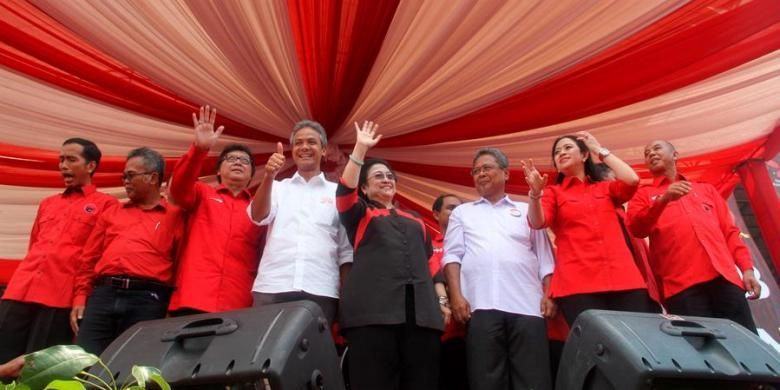 Ketua Umum Partai  Demokrasi Indonesia Perjuangan (PDI-P) Megawati Soekarnoputri melambaikan tangan saat berfoto bersama dengan Ganjar Pranowo-Heru Sudjatmoko (berbaju putih), pasangan calon gubernur/wakil gubernur yang diusung PDI-P, Minggu (14/4/2013). Sebelumnya digelar deklarasi di Stadion Manahan, Solo yang dihadiri kepala daerah dari 17 kabupaten/kota di Jawa Tengah selain fungsionaris DPP, seperti Puan Maharani dan Tjahjo Kumolo serta Gubernur DKI Jakarta Joko Widodo.