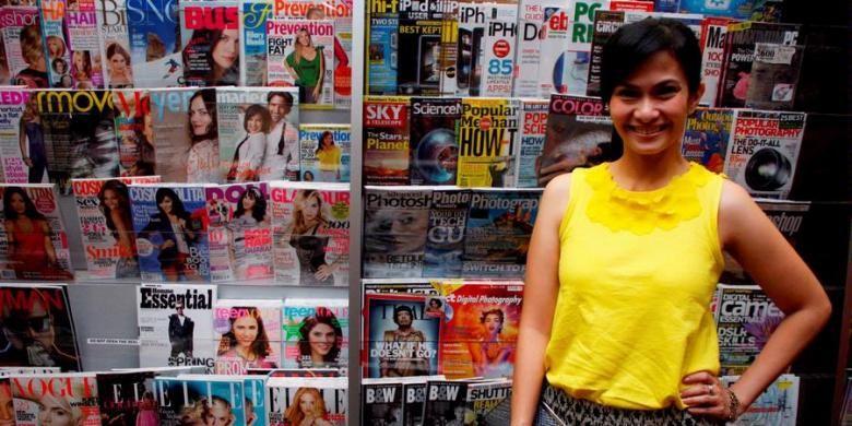 Presenter Ersa Mayori berpose usai hadir dalam acara peluncuran buku Kicau Kacau, di Gramedia Grand Indonesia, Jakarta, Selasa (29/3/2011). Buku cetakan ketiga tersebut merupakan kumpulan esai dan kolom yang ditulis Indra di berbagai media massa.