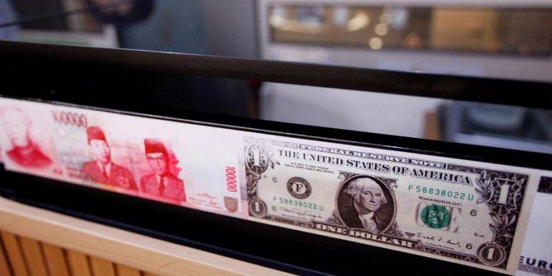 Imitasi berbagai macam valuta asing termasuk Rupiah dan Dollar Amerika Serikat menghiasi tempat penukaran valuta asing PT. D8 Valasindo di Jakarta Selatan, Senin (15/4/2013).
