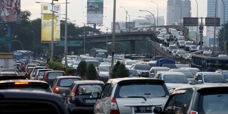 Kepadatan kendaraan di tol dalam kota di kawasan Kuningan, Jakarta, Rabu (7/5/2013). Persoalan kemacetan menjadi persoalan yang mendera Jakarta karena pertumbuhan jumlah kendaraan yang tidak sebanding dengan penambahan infrastruktur jalan.
