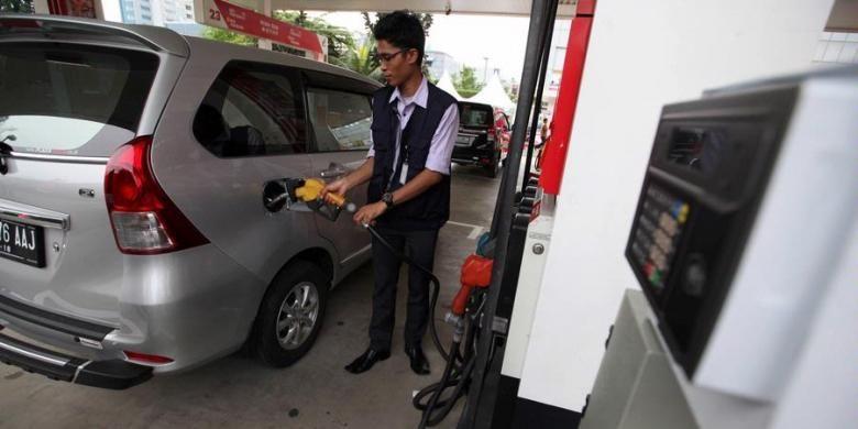 Petugas mengisi BBM bersubsidi jenis Premium