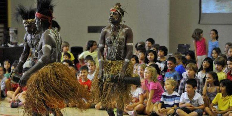Siswa Sekolah Internasional Perancis Louis-Charles Damais Jakarta belajar mengenal budaya Suku Kamoro asal Papua di sekolah mereka di Jakarta, Selasa (20/3/2012).