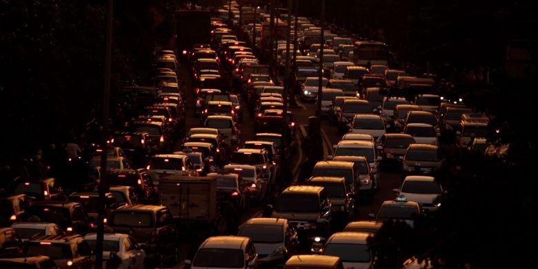Kemacetan pada saat jam pulang kerja terjadi di sepanjang jalan Penjernihan, Karet, Jakarta Pusat, Senin (11/3/2013). Pembangunan transportasi massal yang penting untuk mengatasi kemacetan Jakarta masih kerap menemui kendala. Salah satunya adalah proyek pembangunan Mass Rapid Transit (MRT) yang hingga saat ini belum juga bisa diputuskan.