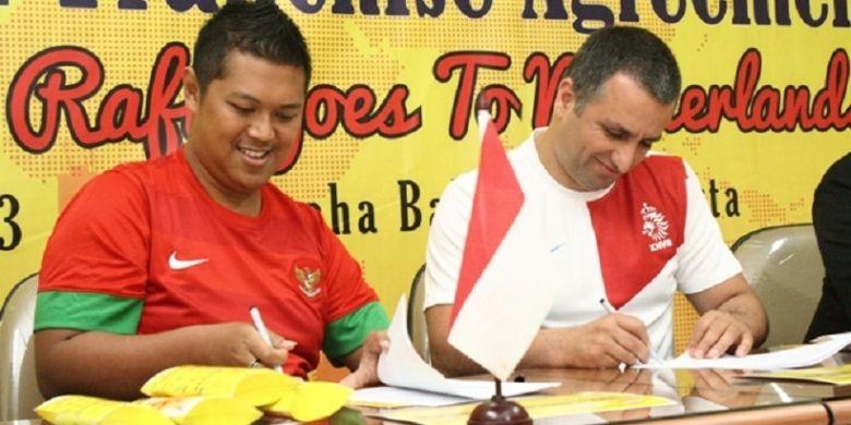 Presiden Direktur PT Baba Rafi Indonesia Hendy Setiono dan investor asal Belanda Sinan Gul  menandatangani Master Franchise Agreement yang menunjuk Sinan Gul sebagai Master Franchise Kebab Turki Baba Rafi di wilayah Eropa.