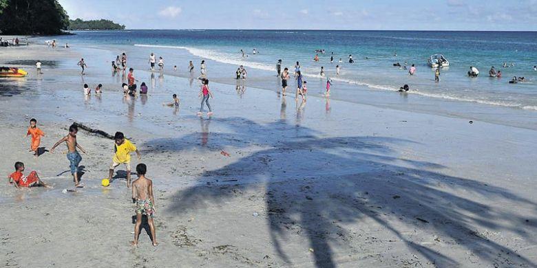 Anak-anak bermain bola di tepi Pantai Natsepa, Kabupaten Maluku Tengah, Maluku, Sabtu (22/6/2013). Pantai Natsepa merupakan salah satu lokasi wisata di Kota Ambon dan Maluku Tengah yang banyak dikunjungi, terutama saat liburan sekolah.