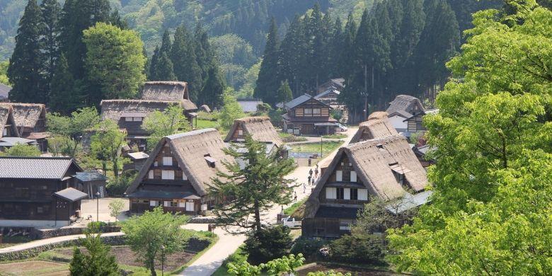 Pemandangan Ainokura, sebuah desa yang berumur ratusan tahun di Gokayama, Prefektur Toyama, Jepang, dari atas bukit.