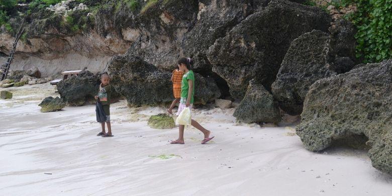 Anak-anak Pencari Kerang di Pantai Tanjung Bira, Bulukumba, Sulawesi Selatan