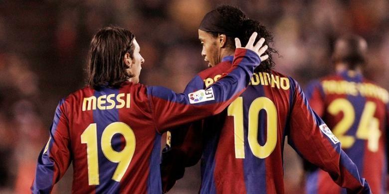 Lionel Messi dan Ronaldinho saat masih sama-sama membela Barcelona.