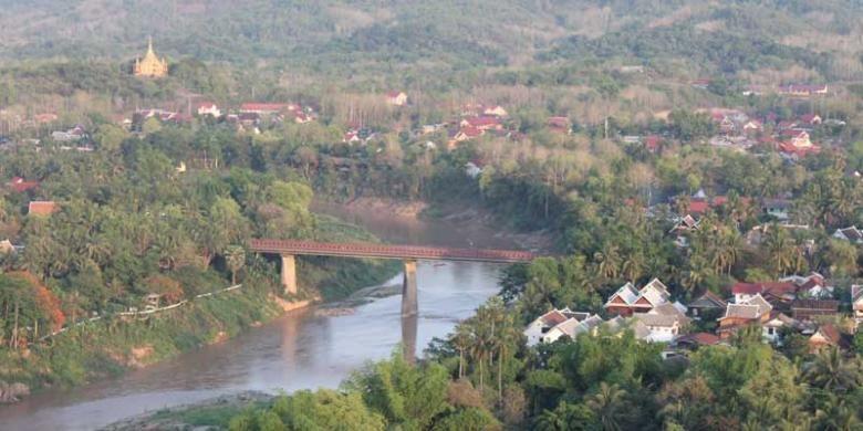 Sungai Mekong dan Kuil That Chomsi di atas bukit.