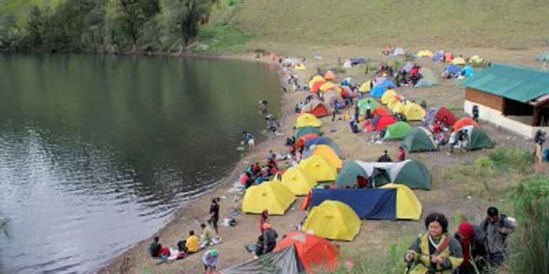 Danau Ranu Kumbolo  yang berada di jalur pendakian ke Puncak Gunung Semeru, di Kabupaten Lumajang, Jawa Timur, seolah menjadi magnet tersendiri bagi para pendaki. Tampak puluhan tenda milik pencinta alam memenuhi salah satu sisi danau, Rabu (5/6/2013) pagi.