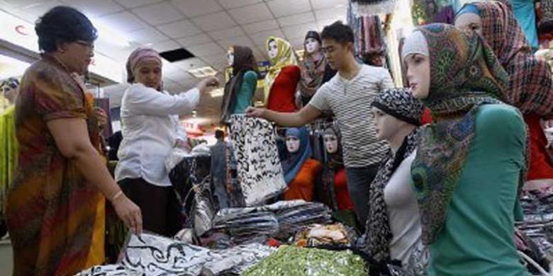 Pengunjung memilih pasmina yang dijual salah satu pedagang di pusat perbelanjaan Thamrin City, Jakarta Pusat, Kamis (25/7/2013). Warga mulai berbelanja pakaian untuk Lebaran.