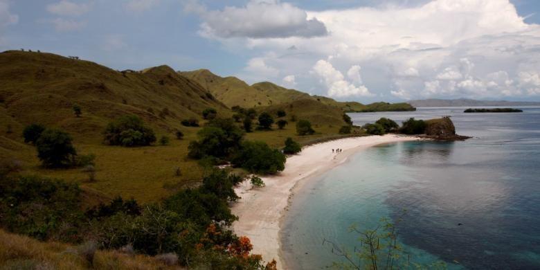 Pemandangan Pink Beach di kawasan Taman Nasional Komodo, Manggarai Barat, Nusa Tenggara Timur, Selasa (30/11/2010).