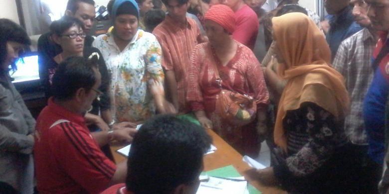 Puluhan pedagang mendaftarkan diri di kantor PD Pasar Jaya untuk mendapatkan kios di Pasar Blok G Tanah Abang, Rabu (31/7/2013). Petugas pendaftar yang hanya berjumlah dua orang kewalahan meladeni antusiasme para pedagang.