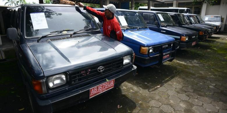 Ilustrasi mobil dinas: Sebanyak 40 mobil dan 84 sepeda motor bekas kendaraan dinas berbagai instansi pemerintah dilelang di gedung eks kantor Disperindagkop DIY, Jalan Janti, Yogyakarta, Rabu (9/1/2013).
