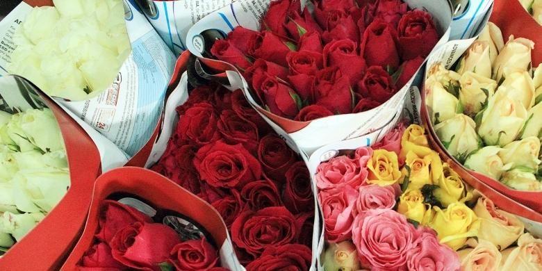 Beraneka warna bunga mawar potong yang dijual di Pasar Rawa Belong, Jakarta.