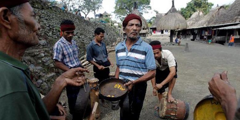 Warga Kampung Adat Bena, Ngada, Flores, NTT, bermain musik tradisional yang biasa dimainkan dalam rangka upacara adat pembangunan rumah baru, Selasa (15/6/2011). Kampung berusia sekitar 1.200 tahun ini kental dengan arsitektur kuno dan budaya megalitik.
