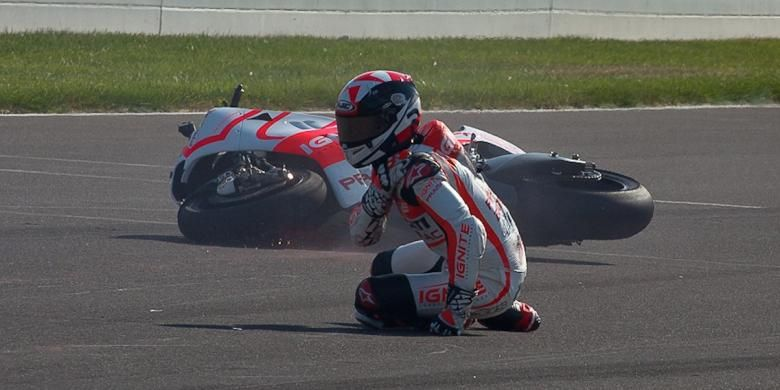 Pebalap asal America Serikat, Ben Spies, berusaha bangkit setelah terjatuh dari motor pada sesi latihan bebas ketiga GP Indianapolis, di Sirkuit Indianapolis Motor Speedway, Sabtu (17/8/2013).