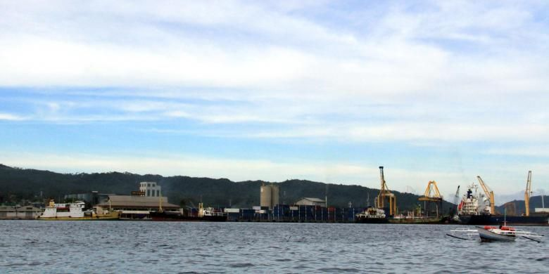 Pelabuhan Bitung terlihat dari arah laut.