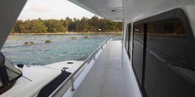 Kapal pesiar merapat di Pulau Antuk Timur, Kepulauan Seribu, Jakarta Utara, Kamis (15/9/2011). Sebanyak 15 persen kawasan di Kabupaten Kepulauan Seribu merupakan taman nasional yang menyimpan potensi laut dan wisata .