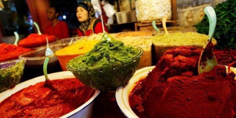 Aneka ragam bumbu di kios bumbu masakan di Pasar Bukittinggi, Sumatera Barat, Selasa (9/7/2013). Kios tersebut menyediakan berbagai macam racikan bumbu untuk masakan khas Mingakabau.