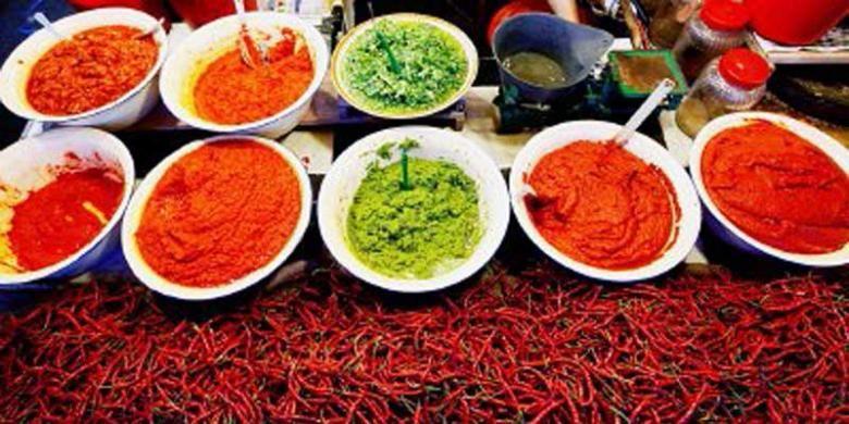 Aneka bumbu dijual di kios bumbu masakan di Pasar Bukit Tinggi, Sumatera Barat, awal Juli lalu. Kios tersebut menyediakan berbagai macam racikan bumbu untuk masakan khas Minangkabau.
