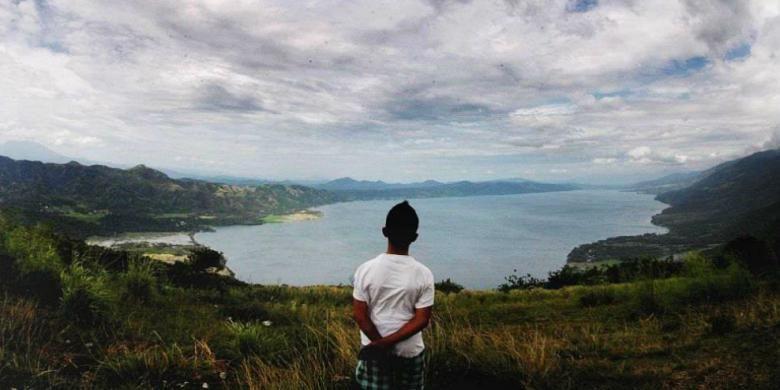 Pemandangan Danau Singkarak dari ketinggian di perbukitan di Sumpur, Tanah Datar, Sumatera Barat.