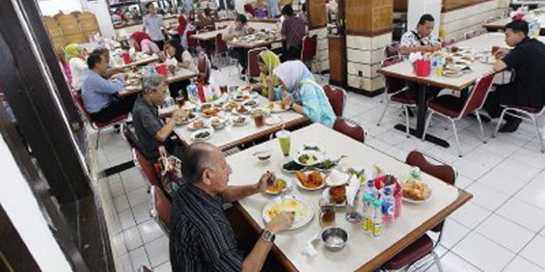 Suasana RM Padang Sederhana di kawasan Sunan Giri, Rawamangun, Jakarta Timur.