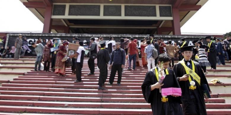 ILUSTRASI SARJANA : Sejumlah wisudawan Universitas Gadjah Mada (UGM) mengabadikan momen kelulusannya dengan berfoto di Gedung Grha Sabha Praman UGM, Yogyakarta, Kamis (18/08/2011).