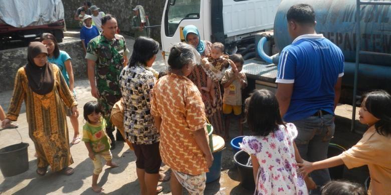 Warga Kecamatan Borobudur antri air bersih yang didrop oleh Pemerintah Kabupaten Magelang, belum lama ini.