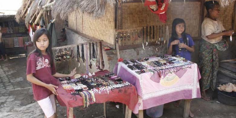 Warga Desa Sade di Lombok Tengah, Nusa Tenggaara Barat. Di sini wisatawan dapat melihat kehidupan dan rumah adat Suku Sasak. Warga juga menjual aneka kerajinan seperti gelang dan kalung untuk dijual kepada wisatawan.