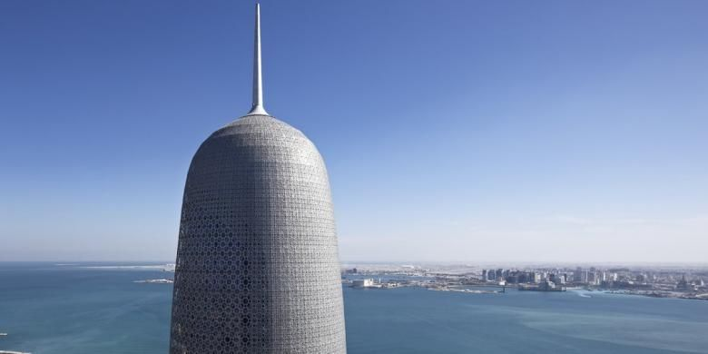 Burj Qatar berada di Doha. Mahkota menara ini berfungsi sebagai penangkal petir.
