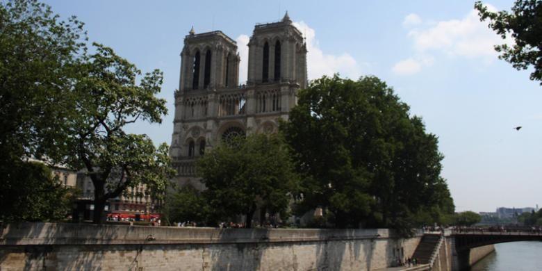 Notre Dame de Paris dilihat dari seberang Sungai Seine.