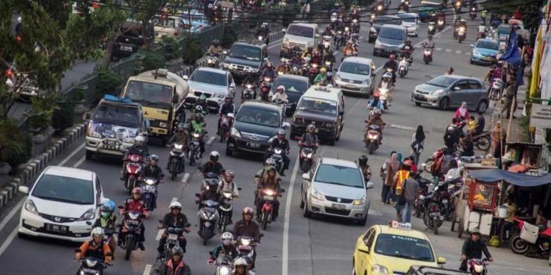 Jalan Margonda Raya, Depok, Jawa Barat, Kamis (10/10/2013). Jalan utama di kota ini tidak memiliki ruang hijau. Kondisi diperparah dengan kemacetan lalu lintas yang sering terjadi.