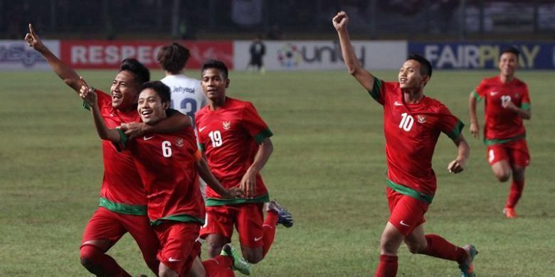 Pemain Indonesia berselebrasi setelah membobol gawang Korea Selatan pada pertandingan kualifikasi Piala Asia U-19 di Stadion Utama Gelora Bung Karno, Jakarta, Sabtu(12/10/2013). Indonesia lolos ke putaran final Piala Asia U-19 yang akan berlangsung di Myanmar tahun depan, setelah menang dengan skor 3-2.