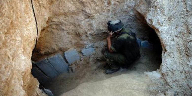 Tentara Israel, Minggu (21/10/2013), menemukan sebuah terowongan dari jalur Gaza ke wilatah Israel. Hamas kemudian mengatakan terowongan itu dibuat untuk menculik tentara Israel.