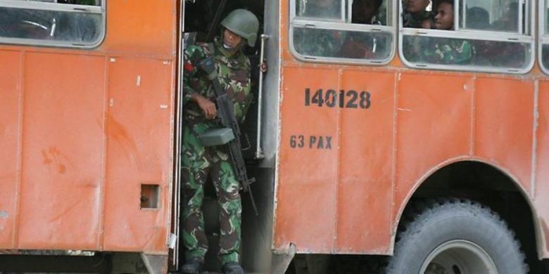 Seorang prajurit Indonesia tengah berpatroli di sekitar Timika, Papua.