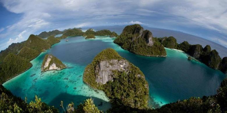 Kepulauan Wayag di Raja Ampat, Papua Barat, tempat terumbu karang dan aneka macam ikan. Surga keanekaragaman hayati.